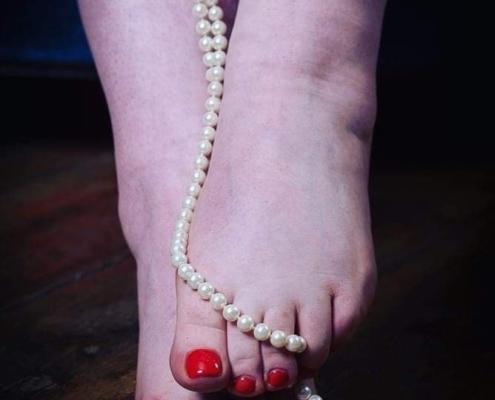 In vollen Zügen die Füße der Herrin Carmen genießen