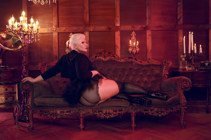 Lady Carmen hat auf einem plüschigem Sofa in einem oppulenten Salon Platz genommen. Ihre Beine befinden sich auf dem Sofa, sie präsentiert einen wundervollen in ein Rüschenhöschen gehüllten Po, den du am Liebsten liebkosen möchtest. Ihre Beine kommen perfekt in den besonderen Nylonstrümpfen zu Geltung.