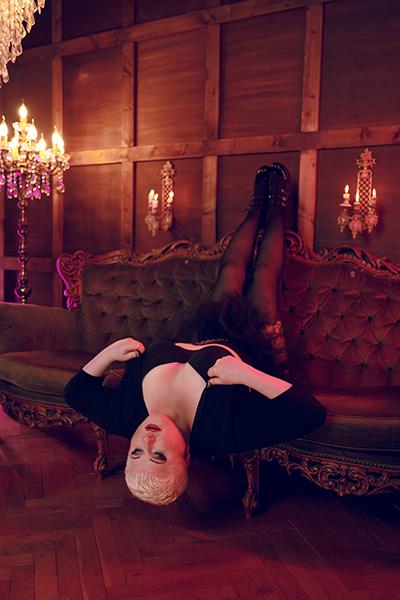Lady Carmen räkelt sich auf einem oppulenten Plüschsofa. Sie liegt verkehrt herum auf der Sitzfläche, die Füsse oben auf der Lehne, der Kopf hängt herab. Sie träumt von all den verführerischen Dingen, die sie dir antun wird, von der süßen Qual, der sie dich aussetzt. Noch hat sie sich nicht entschieden, ob du heute einen erlösenden Orgasmus erleben darfst, oder nicht.