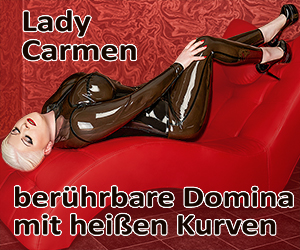 Lady Carmen - berührbare Domina mit heissen Kurven. In halbtransoarentem Latex räkelt Carmen sich auf der Couch